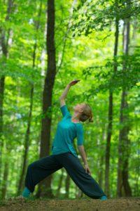 Mjuk yoga i gräset 24 juni kl 17